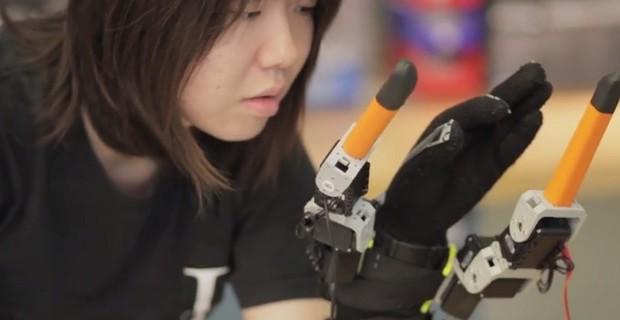 Supernumerary-robotic-fingers-01-620x320