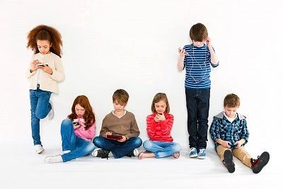 Anak-anak dengan perangkat mobile