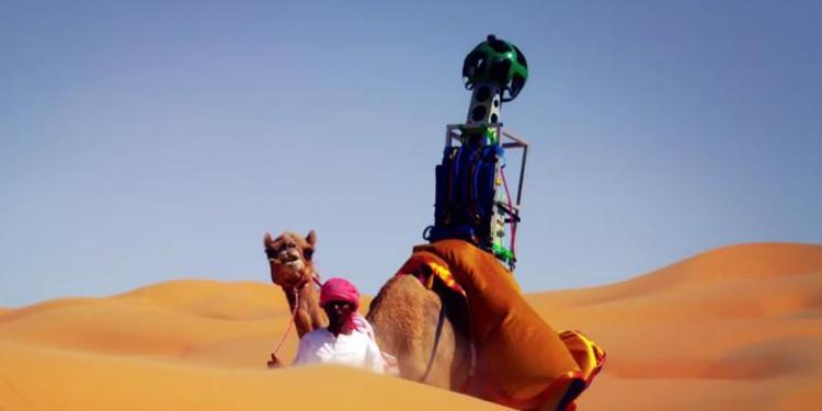 YouTube/Google Kamera Trekker di punggung unta dipakai Google untuk memetakan padang pasir di Arab, sebagai bagian dari proyek Google Street View.