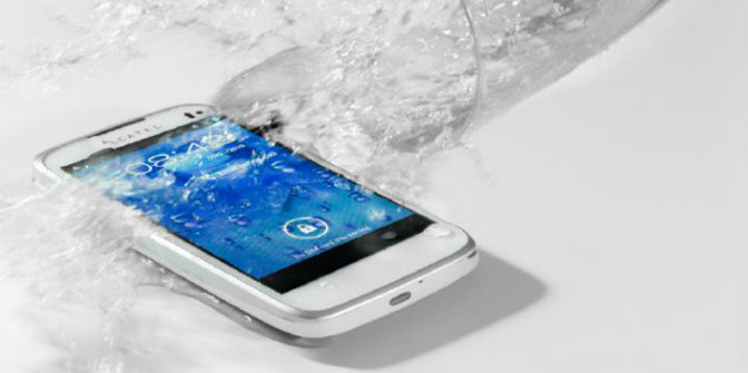 Perangkat mobile terkena air. © Cnn.com