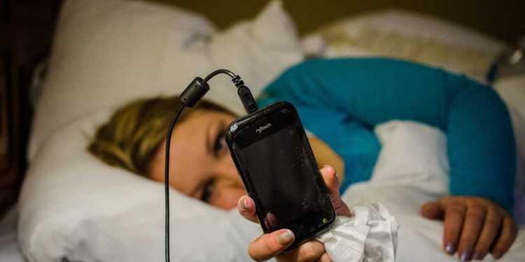 ilustrasi Tidur dekat dengan ponsel